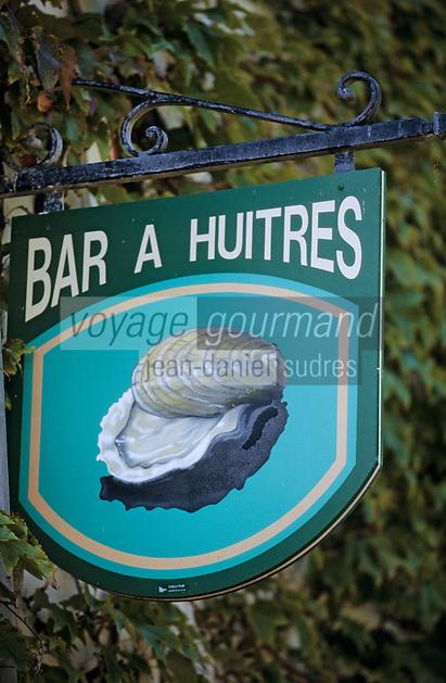"""Europe/France/Bretagne/29/Finistère/Riec-sur-Belon: Enseigne du bar à huitres """"Chez Jacky"""" sur le port"""