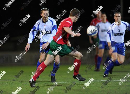 2011-02-05 / Voetbal / seizoen 2010-2011 / Antonia - SKS Herentals / Steven Van Genechten (SKS) ligt op de loer..Foto: mpics