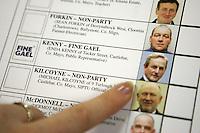 DUB01 DUBLIN (IRLANDA) 25/2/2011.- Una mujer enseña una papeleta en Dublin, Irlanda, donde poco más de tres millones de personas están llamados a las urnas, en unos comicios legislativos en los que 556 candidatos optan a los 165 escaños que componen el Parlamento de esta República (el 'Dail'), hoy, viernes 25 de febrero de 2011. Los colegios de la República de Irlanda abrieron a las 07.00 GMT para que el electorado elija a sus representantes para los próximos cinco años en las 43 circunscripciones del país. EFE/PAUL MCERLANE