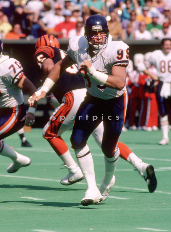 Chicago Bears Dan Hampton (99) during a game against the Cincinnati Bengals on September 28, 1986 at Riverfront Stadium in Cincinnati, Ohio.  The Chicago Bears beat Cincinnati Bengals 44-7. Dan Hampton played for 12 years, all with the Chicago Bears, was a 4-time Pro Bowler and was inducted to the Pro Football Hall of Fame in 2002.(SportPics)