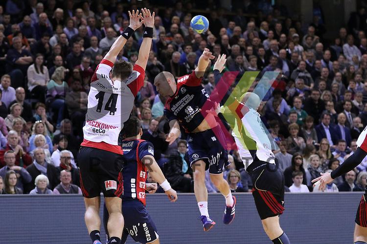 Flensburg, 25.02.15, Sport, Handball, DKB Bundesliga, 20. Spieltag, SG Flensburg-Handewitt - TuS N-L&uuml;bbecke : Niclas Pieczkowski (TuS N-L&uuml;bbecke, #14), Johan Jakobsson (SG Flensburg-Handewitt, #19)<br /> <br /> Foto &copy; P-I-X.org *** Foto ist honorarpflichtig! *** Auf Anfrage in hoeherer Qualitaet/Aufloesung. Belegexemplar erbeten. Veroeffentlichung ausschliesslich fuer journalistisch-publizistische Zwecke. For editorial use only.