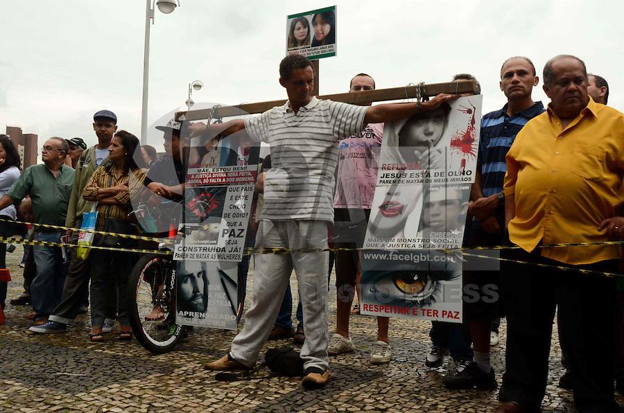 SÃO PAULO, SP, 13 DE FEVEREIRO DE 2012 - JULGAMENTO CASO ELOA  - Homem faz manifestação por menos violência, em frente ao Forum de Santo Andre onde acontece o julgamento do caso Eloa, na tarde desta segunda-feira, em Snato Andre, na região do ABC. FOTO: ALEXANDRE MOREIRA - NEWS FREE.