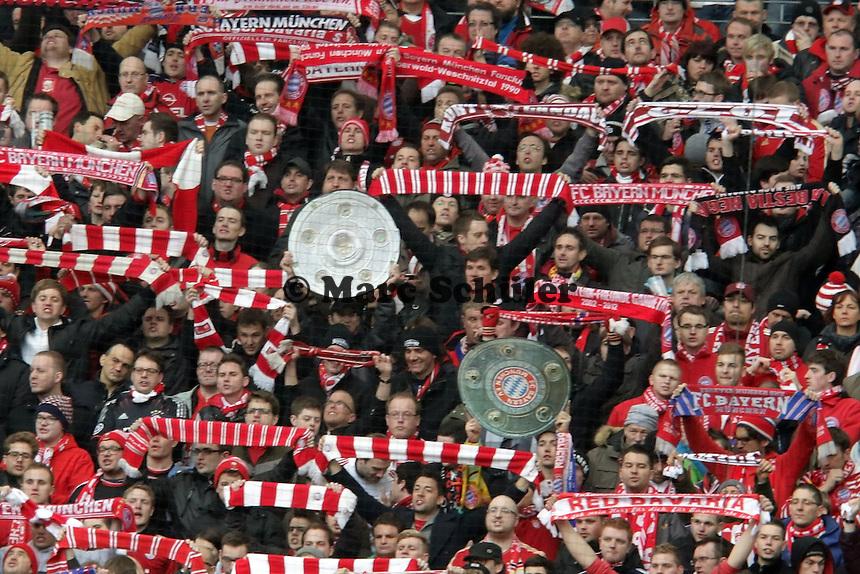 Bayern Fans feiern schon mit der Meisterschale