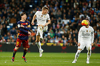 Real Madrid´s Toni Kroos (R) and Barcelona´s Leo Messi during 2015-16 La Liga match between Real Madrid and Barcelona at Santiago Bernabeu stadium in Madrid, Spain. November 21, 2015. (ALTERPHOTOS/Victor Blanco) /NortePhoto