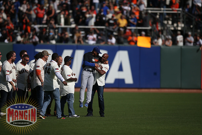 SAN FRANCISCO, CA - SEPTEMBER 29:  Barry Bonds and his former 2007 San Francisco Giants teammates walk onto the field and picks up Dave Roberts during a ceremony celebrating the career of manager Bruce Bochy after the game between the Los Angeles Dodgers and the San Francisco Giants at Oracle Park on Sunday, September 29, 2019 in San Francisco, California. (Photo by Brad Mangin)