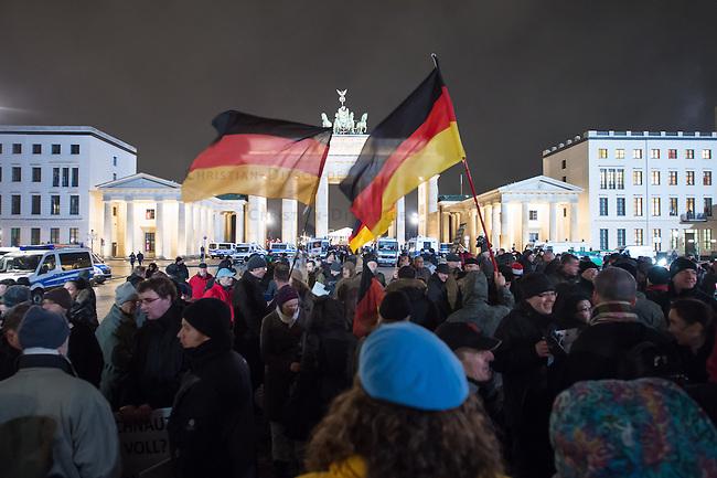 Etwa 200 Anhaenger des Berliner Ablegers rechten Pegida-Bewegung, Baergida, versammelten sich am Montag den 12. Januar 2015 in Berlin vor dem Brandenburger Tor zu einer Demonstration gegen eine angebliche Islamisierung Deutschlands.<br /> Unter den Anhaengern von Baergida waren viele bekannte militante Neonazis, der NPD und Hooligans sowie Mitglieder der Rechtsparteien AfD und Pro Deutschland und der rechtsradikalen German Defense League. Teilnehmer der Veranstaltung bruellten wiederholt &quot;Wir sind das Volk&quot; und &quot;Luegenpresse, auf die Fresse&quot; und hielten Schilder mit der Aufschrift &quot;Je suis Charlie&quot;.<br /> 12.1.2015, Berlin<br /> Copyright: Christian-Ditsch.de<br /> [Inhaltsveraendernde Manipulation des Fotos nur nach ausdruecklicher Genehmigung des Fotografen. Vereinbarungen ueber Abtretung von Persoenlichkeitsrechten/Model Release der abgebildeten Person/Personen liegen nicht vor. NO MODEL RELEASE! Nur fuer Redaktionelle Zwecke. Don't publish without copyright Christian-Ditsch.de, Veroeffentlichung nur mit Fotografennennung, sowie gegen Honorar, MwSt. und Beleg. Konto: I N G - D i B a, IBAN DE58500105175400192269, BIC INGDDEFFXXX, Kontakt: post@christian-ditsch.de<br /> Bei der Bearbeitung der Dateiinformationen darf die Urheberkennzeichnung in den EXIF- und  IPTC-Daten nicht entfernt werden, diese sind in digitalen Medien nach &sect;95c UrhG rechtlich geschuetzt. Der Urhebervermerk wird gemaess &sect;13 UrhG verlangt.]