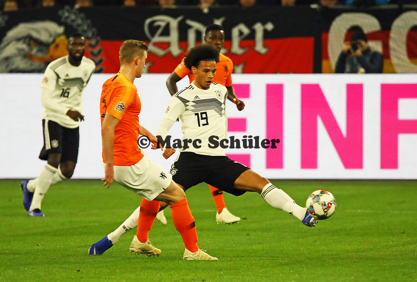 Leroy Sane (Deutschland Germany) holt sich den Ball gegen Matthijs de Ligt (Niederlande, Netherlands) - 19.11.2018: Deutschland vs. Niederlande, 6. Spieltag UEFA Nations League Gruppe A, DISCLAIMER: DFB regulations prohibit any use of photographs as image sequences and/or quasi-video.