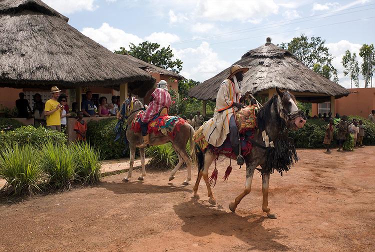 The horsemen of Djougou are hired to do a show at the &quot;Motel du Lac&quot;, a motel at the entrance of the town.<br />  <br /> Les cavaliers de Djougou font un spectacle au Motel du Lac &agrave; l'entr&eacute;e de la ville.