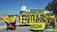 CUIABA - BRASIL -24-06-2014. Seguidores de la selección de fútbol de Colombia (COL) en las afueras del estadio Arena Pantanal de Cuiaba previo al partido del Grupo C ante Japón (JPN) como parte de la Copa Mundial de la FIFA Brasil 2014./ Supporters of Colombia (COL) National Soccer Team outside of the Arena Pantanal stadium in Cuiaba prior of the Group C match against Japan (JPN) as part of the 2014 FIFA World Cup Brazil. Photo: VizzorImage / Alfredo Gutiérrez / Contribuidor
