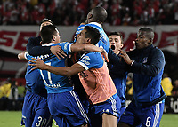 BOGOTÁ - COLOMBIA, 17-12-2017: Henry Rojas jugador del Millonarios celebra con sus compañeros después de anotar el segundo gol de su equipo a Santa Fe durante el encuentro entre Independiente Santa Fe y Millonarios por la final vuelta de la Liga Águila II 2017 jugado en el estadio Nemesio Camacho El Campin de la ciudad de Bogotá. / Henry Rojas player of Millonarios celebrates with his teammates after scoring the second goal of his team to Santa Fe during match between Independiente Santa Fe and Millonarios for the second leg final of the Aguila League II 2017 played at the Nemesio Camacho El Campin Stadium in Bogota city. Photo: VizzorImage/ Gabriel Aponte / Staff