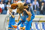 Hoffenheims Nadiem Amiri (Nr.18) mit dem Maskottchen Hoffi nach dem Sieg beim Spiel in der Fussball Bundesliga, TSG 1899 Hoffenheim - Hamburger SV.<br /> <br /> Foto &copy; PIX-Sportfotos *** Foto ist honorarpflichtig! *** Auf Anfrage in hoeherer Qualitaet/Aufloesung. Belegexemplar erbeten. Veroeffentlichung ausschliesslich fuer journalistisch-publizistische Zwecke. For editorial use only.