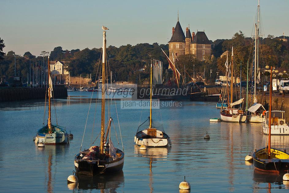 Europe/France/Pays de la Loire/44/Loire-Atlantique/Pornic: Vieux gréements au  port de pêche et le Château qui appartint à Gilles de Rais