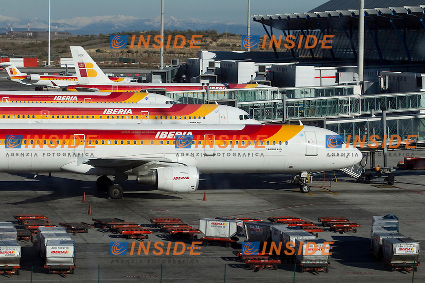 Spain's government says the country's air space has now reopened after a closure prompted by striking air traffic controllers..An official with the civil aviation agency AENA says it got the all-clear Saturday from Eurocontrol, Europe's air traffic agency..The official said strikers who launched the stoppage Friday afternoon are returning to work in sufficient numbers to make it safe to fly in Spanish air space..The return comes after the government placed the strikers under military authority and threatened them with jail terms under the military penal code..Photo: Cesar Cebolla / ALFAQUI .4/12/2010 Madrid Voli bloccati a causa dello sciopero dei controllori di volo.Foto INSIDEFOTO.Italy Only