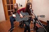 Auch Musik gehört zum Schulalltag. Nichtstaatliche Schule in Belarus in der Nähe von Minsk, deren Schüler und Lehrer lange Wege und Überwachung in Kauf nehmen. / Music is part of the lessons. Privat school in Belarus near Minsk.