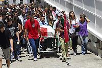 ATENÇAO EDITOR  FOTO EMBARGADA PARA VEICULOS INTERNACIONAIS  -  RIO DE JANEIRO, RJ 22 DE NOVEMBRO 2012 - SEPULTAMENTO DE UMA DAS VÍTIMAS DA QUEDA DO HELICOPTERO. Nesta manha de quinta feira (22) foi sepultado Felipe Barreto de 18 anos uma das vítimas da queda do helicoptero que caiu na serra da Grota Funda na zona oesta da capital fluminense.  A vítima foi enterrada com a bandeira do clube Fluminense e todos cantaram o hino do clube. O sepultamento foi no cemiterio Sao Joao Batista em Botafogo, zona sul do Rio.<br /> PAIS DE FELIPE DE CAMISAS DO FLUMINENSE<br /> FOTO RONALDO BRANDAO/BRAZIL PHOTO PRESS