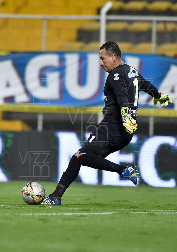 BOGOTA - COLOMBIA -29 -10-2016: Nelson Ramos, portero de Fortaleza C.E.I.F, en acción durante partido entre Fortaleza C.E.I.F, e Independiente Santa Fe, por la fecha 18 de la Liga Aguila II-2016, jugado en el estadio Metropolitano de Techo de la ciudad de Bogota. / Nelson Ramos, goalkeeper of Fortaleza C.E.I.F,  in action during a match between Fortaleza C.E.I.F, and Independiente Santa Fe, for the  date 18 of the Liga Aguila II-2016 at the Metropolitano de Techo Stadium in Bogota city, Photo: VizzorImage  / Luis Ramirez / Staff.