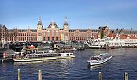 Nederland - Amsterdam -  2019.  Stationsgebied. Toeristen bij een rondvaartboot. Foto Berlinda van Dam Hollandse Hoogte