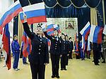 Jeunes filles arborant le drapeau russe lors d'une représentation patriotique à l'école militaire cosaque de Balaya Kalitva. Venues des quatres coins de la région, ce pensionnat pour jeunes filles forme les meilleures, quelque soit la discipline : chant, gymnastique,majorettes, arts martiaux, boxe dans un culte sans faille pour la mère patrie et le président Poutine.
