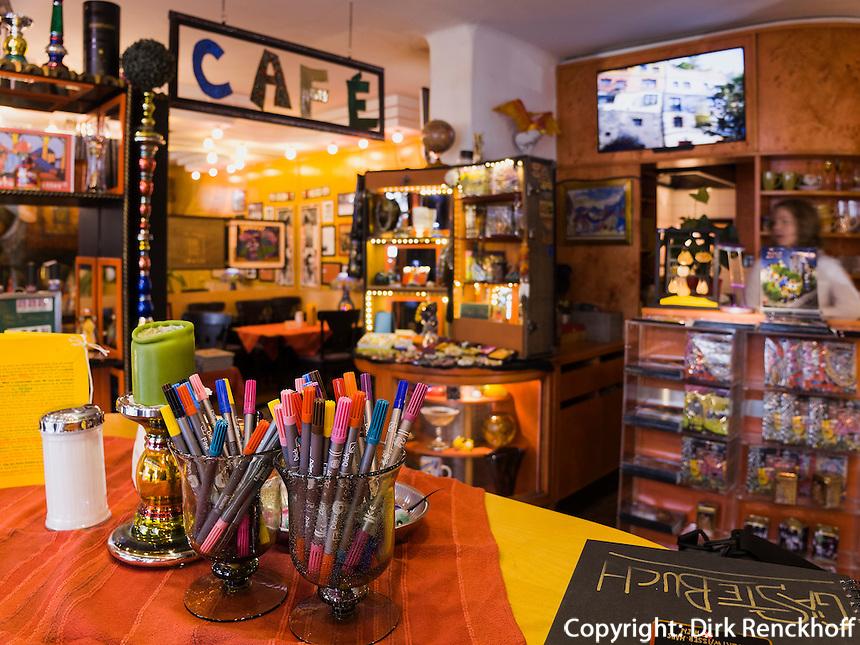 Caf&egrave; im Hundertwasserhaus, L&ouml;wengasse in Wien, &Ouml;sterreich<br /> Caf&eacute; in Hundertwasserhaus, L&ouml;wengasse, Vienna, Austria