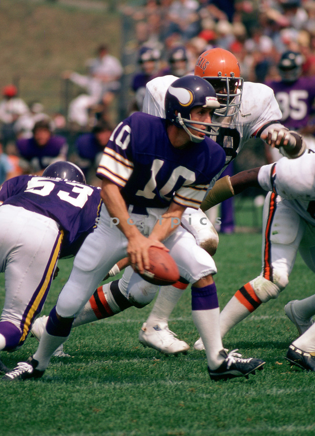 Minnesota Vikings Fran Tarkenton (10) in action during a game from the 1976 season with the Minnesota Vikings. Fran Tarkenton played for 18 years with two different teams, was a 9-time Pro Bowler and was inducted to the Pro Football Hall of Fame in 1986(SportPics)