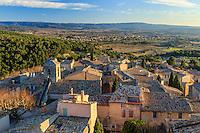 France, Vaucluse (84), Le Barroux, les toits du village le soir // France, Vaucluse, Le Barroux, roofs of the village in the evening
