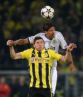 FUSSBALL  CHAMPIONS LEAGUE  HALBFINALE  HINSPIEL  2012/2013      Borussia Dortmund - Real Madrid              24.04.2013 Robert Lewandowski (vorne, Borussia Dortmund) gegen Raphael Varane (Real Madrid)