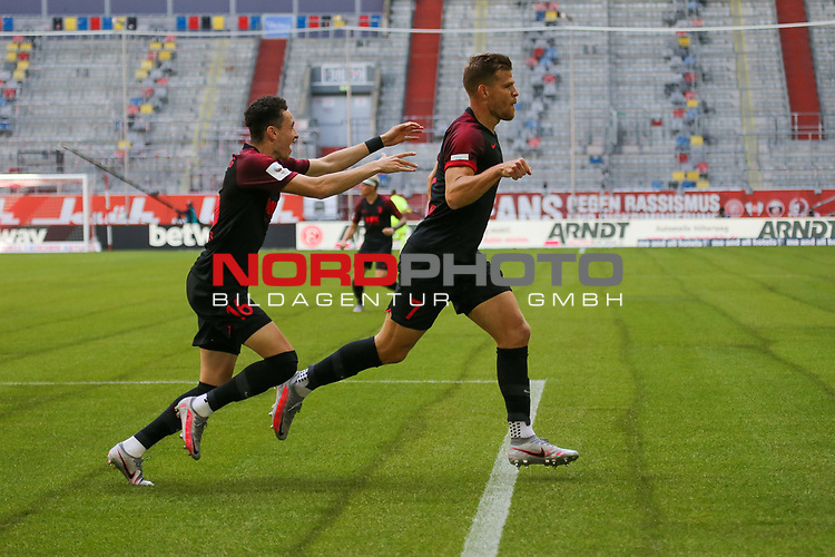 Augsburgs Ruben Vargas #16 und Augsburgs Florian Niederlechner #7<br />