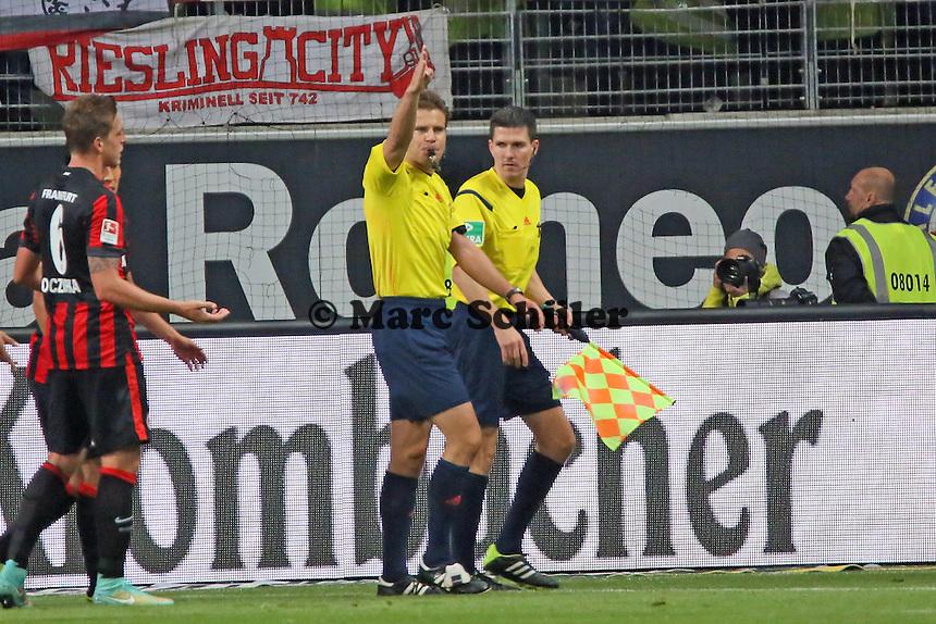 Schiedsrichter Dr. Felix Brych erst entscheidet auf Elfmeter gegen die Eintracht , gibt dann aber nach Konsultation mit dem Linienrichter Abstoß- Eintracht Frankfurt vs. 1. FSV Mainz 05, Commerzbank Arena