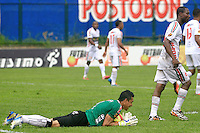 FLORIDABLANCA -COLOMBIA, 28-09-2014.  Alejandro Otero arquero de Patriotas FC detiene un disparo de gol de Alianza Patrolera durante encuentro  por la fecha 12 de la Liga Postobon II 2014 disputado en el estadio Alvaro Gómez Hurtado de la ciudad de Floridablanca./ Alejandro Otero goalkeeper of Patriotas FC stops a goal shoot of Alianza Petrolera during match for the 12th date of the Postobon League II 2014 played at Alvaro Gomez Hurtado stadium in Floridablanca city Photo:VizzorImage / Duncan Bustamante / STR