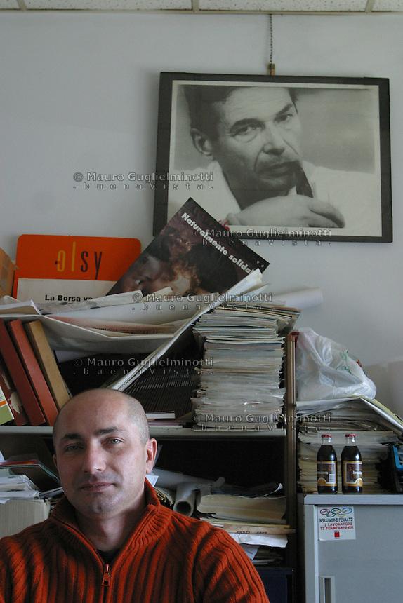 ITALIA- Scarmagno (IVREA) - ex stabilimenti Olivetti - personale in Cassa Integrazione fotografato nel luogo di lavoro ora chiuso. il sindacalista Lino Malerba e sullo sfondo fotografia di Enrico Berlinguer