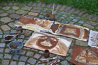 Kinder malen mit selbstangemischten Erdfarben, Farbe aus verschiedenfarbiger Erde, fertige Gemälde, Bilder