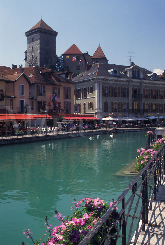 outdoor café, Annecy, France, Haute-Savoie, Rhone-Alpes, Europe, Outdoor cafes along the Thiou canal in the old town of Annecy.