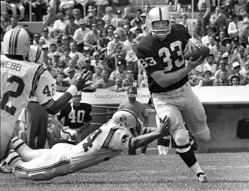 Oakland Raiders Billy Cannon against the Patroits..<br />