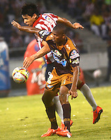 BARRANQUIILLA -COLOMBIA-02-05-2015. Roberto Ovelar (Izq) del Atlético Junior disputa el balón con Henry Obando (Der) jugador de Deportes Tolima durante partido por la fecha 18 de la Liga Águila I 2015 jugado en el estadio Metropolitano Roberto Meléndez de la ciudad de Barranquilla./ Roberto Ovelar (L) player of Atletico Junior struggles the ball with Henry Obando (R) player of Deportes Tolima during match for the 18th  date of the Aguila League I 2015 played at Metropolitano Roberto Melendez stadium in Barranquilla city.  Photo: VizzorImage/ Alfonso Cervantes / Cont