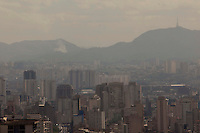 SAO PAULO, SP, 16 DE AGOSTO DE 2012 - CLIMA TEMPO- FOCO DE INCENDIO - Foco de incendio na mata proxima ao Pico do Jaragua, regiao da zona oeste da cidade, e vista do alto do edificio Altino Arantes, nesta tarde de quinta-feira, 16, na zona central da cidade. FOTO RICARDO LOU - BRAZIL PHOTO PRESS