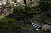 """SJ002. SAN JUAN (PUERTO RICO), 20/09/2017.- Vista de los daños causados por el huracán María hoy, miércoles 20 de septiembre de 2017, a su paso por San Juan (Puerto Rico). El gobernador de Puerto Rico, Ricardo Roselló, aseguró que el huracán María, que tocó hoy tierra en el sureste de la isla con categoría 4 y vientos de 155 millas por hora (250 kilómetros por hora), será """"devastador"""" para el territorio. EFE/Thais Llorca"""