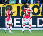 Nederland, Venlo, 30 september 2012.Eredivisie.Seizoen 2012-2013.VVV Venlo-PSV.Dries Mertens (r.) van PSV omhelst Mark van Bommel (m.) van PSV nadat hij de 0-2 heeft gescoord. Links Luciano Narsingh van PSV