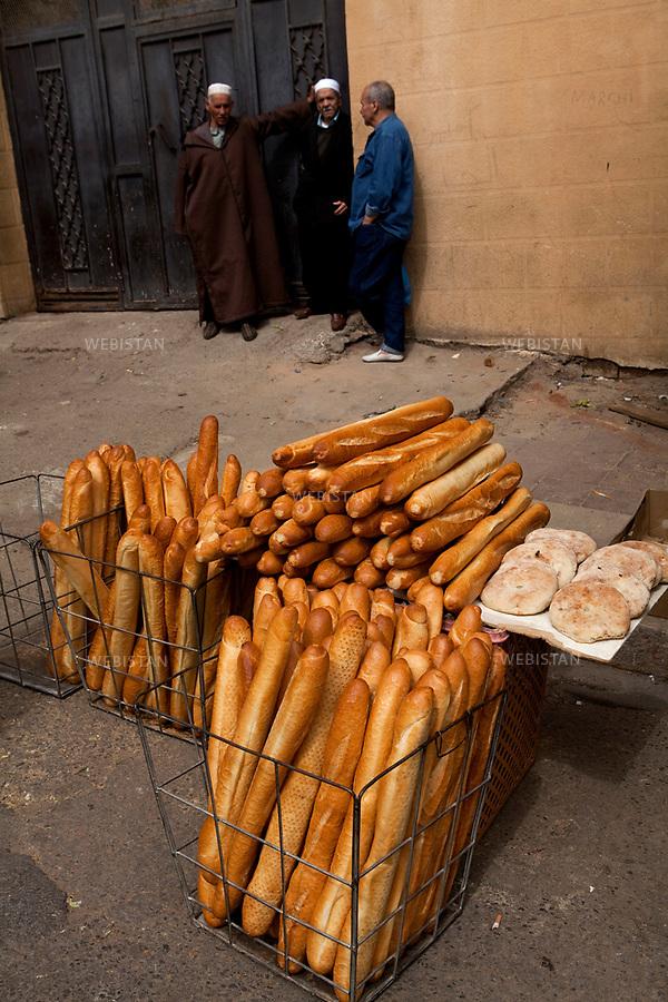 Algerie. Ville d'Oran. 09 Avril 2011..A Oran, sur le marche de Sidi Houari, vente de baguettes, heritage de la colonisation francaise, et de pains ronds, « khoubz el dar », le pain fait a la maison...Algeria, city of Oran. April 9, 2011..On the market of Sidi El Houari, in Oran, baguettes are on sale - a legacy of French colonization - as well as homemade round breads called ?khoubz el dar?...
