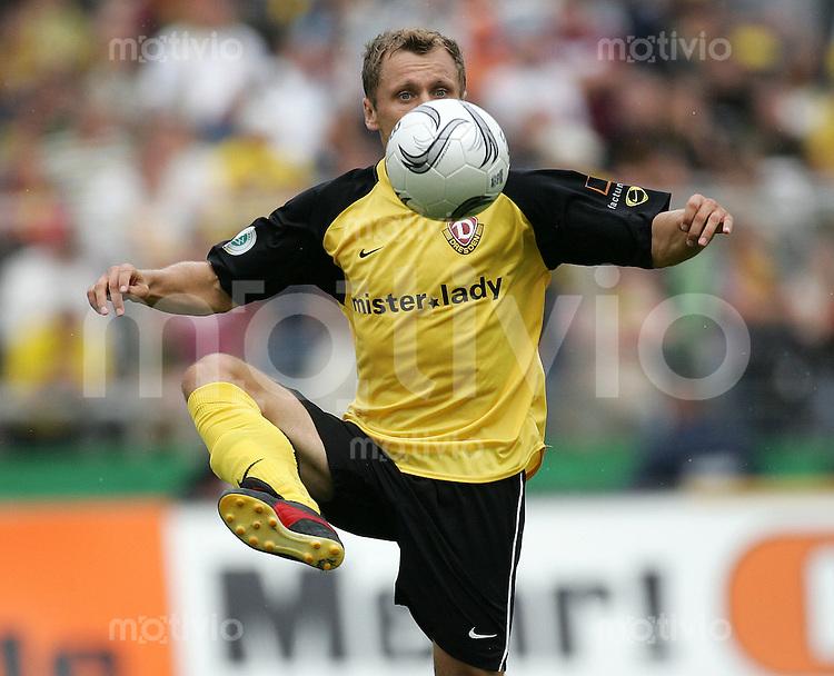 Fussball, Regionalliga, 1.FC Dynamo Dresden - Fortuna Duesseldorf am Samstag (26.08.06) im Rudolf - Harbig - Stadion in Dresden: Dresdens Ivo Ulich am Ball. Das Spiel endet 0:0.