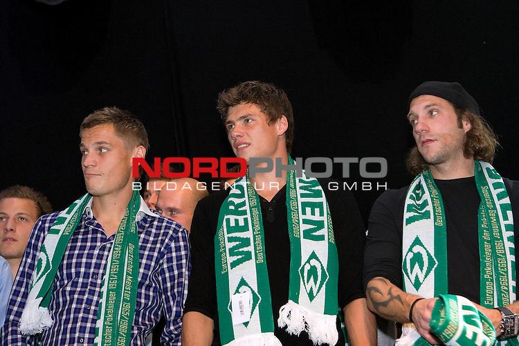 FBL 09/10 Werder Bremen 17.10.2009<br /> <br /> Nach dem Sieg gegen die TSG 1899 Hoffenheim, geht die Mannschaft geschlossen zum 974. Bremer Freimarkt ins Bayern-Zelt und feiert ausgelassen.<br /> <br /> Markus Rosenberg (SWE Werder Bremen #9), Sebastian Boenisch (GER Werder Bremen #2), Torsten Frings (GER Werder Bremen #22).<br /> <br /> Foto &copy; nph ( nordphoto ) *** Local Caption *** *** Local Caption *** <br /> Fotos sind ohne vorherigen schriftliche Zustimmung ausschliesslich fŁr redaktionelle Publikationszwecke zu verwenden.<br /> <br /> Auf Anfrage in hoeherer Qualitaet/Aufloesung