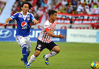 BARRANQUILLA -COLOMBIA- 07-08-2013. Maicol Ortega  (Der) del Atlético Junior disputa el balón contra  Rafael Robayo  de  Los Millonarios      ,  partido correspondiente a la Copa  Postob—n segundo semestre disputado en el estadio Metropolitano      /  Atletico Junior Ortega Maicol ( Right) dispute the ball against Rafael Robayo  of Los Millonarios game in the second half Postobon Cup match at the Metropolitano stadium<br />