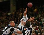 Handball Herren, 1.Bundesliga 2003/2004 Goeppingen (Germany) FrischAuf! Goeppingen - Wilhelmshavener HV (25:27) mitte Jaliesky Garcia (FAG) wirft, rechts vorne Oliver Koehrmann (WHV) links Jaroslaw Frackowiak (WHV)