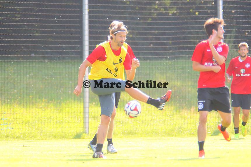 Martin Lanig (Eintracht) tritt am Ball vorbei