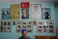 Turchia funzionario sotto foto di Ataturk e bandiera turca