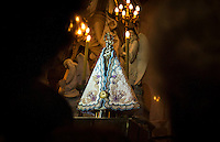BELÉM, PA, 09.10.2014 - MANTO DA SANTA / CÍRIO DE NAZARÉ / BELÉM  - O manto que cobre a imagem peregrina de Nossa Senhora de Nazaré nas 11 procissões do Círio 2014 foi apresentado na noite desta quinta-feira (11), na Basílica Santuário, em Belém. Durante missa presidida pelo arcebispo metropolitano de Belém, Dom Alberto Taveira. As luzes da catedral foram apagadas para o momento de apresentação do manto.(Foto: Paulo Lisboa / Brazil Photo Press)