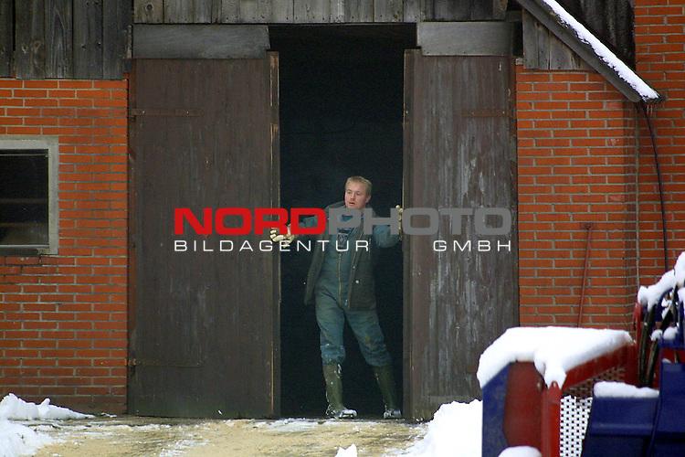 Nortrup, DEU, 27.12.2000:<br /> Der erste BSE Fall in Niedersachsen im Landkreis Osnabrueck in der Naehe von Bersenbrueck.<br /> Aus dem Viehbestand des Bauerns stammt das erste BSE- erkrankte Kuh.<br /> Blick auf den Stalleingang<br /> <br /> <br /> [Foto &copy; nordphoto -  Foto ist honorarpflichtig! zzgl. gesetzl. MwSt. Belegexemplar erforderlich <br /> Bankverbindung: Kreissparkasse Diepholz; Konto Nr. 7419 / BLZ 25651325 Telefon: 04441-89400 / Fax: 04441-894022<br />  http://www.nordphoto.de / info @ nordphoto.de]
