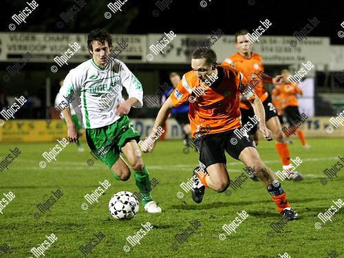 2009-03-07 / Voetbal / Dessel Sport - Willebroek-Meerhof / Tom Blommaerts (W-M) aan de bal. Gregory Willems kijkt toe..Foto: Maarten Straetemans (SMB)