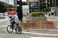 SAO PAULO, SP, 04 DE MARC‡O DE 2012 - MANIFESTACAO CICLISTAS - Protesto de Ciclistas, apos o atropelamento e morte de Juliana Ingrid Dias, de 33 anos, na avenida Paulista, na última sexta-feira, 02. Uma ghost bike foi colocada na esquina da Avenida Paulista com a Rua Pamplona, onde ocorreu o acidente, em homenagem a ciclista. FOTO ALEXANDRE MOREIRA - BRAZIL PHOTO PRESS