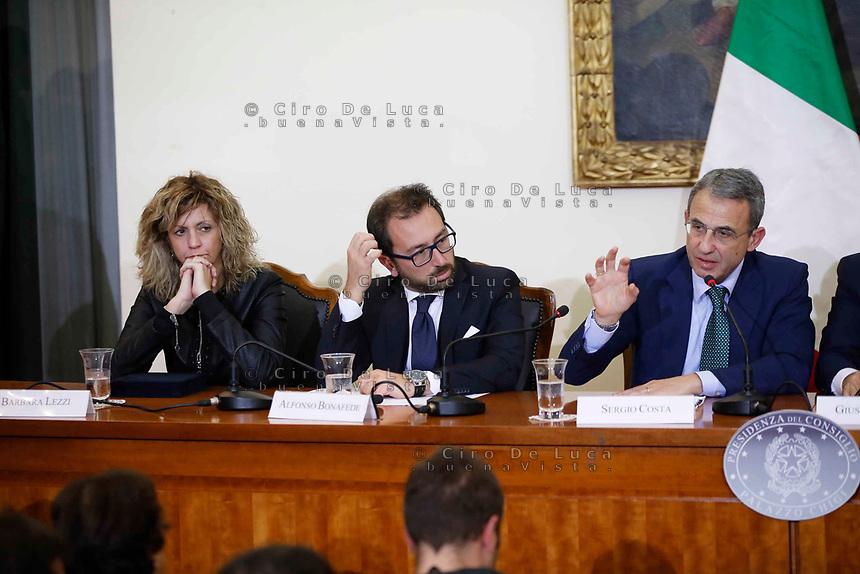 Caserta conferenza stampa del governo al termine Consiglio dei Ministri sulle problematiche rifiuti e twrra dei fuochi