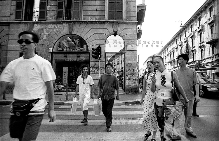 Milano,  quartiere Sarpi - Chinatown. Attraversamento pedonale in Via Bramante angolo Via Paolo Sarpi --- Milan, Sarpi district - Chinatown. Crosswalk in Bramante and Paolo Sarpi streets